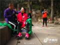 男子背瘫痪妻子爬泰山