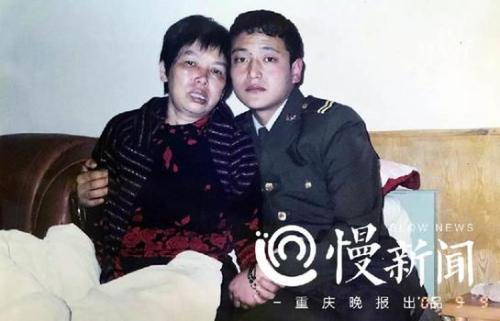 """△被古怒救起的藏族战士(右)亲切地称张兴会""""古妈妈"""""""