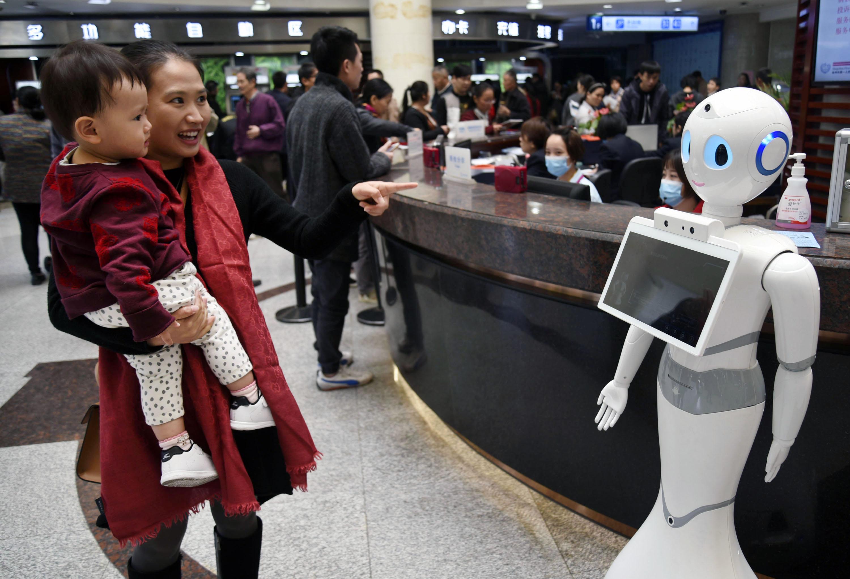 杭州一医院导医机器人上岗