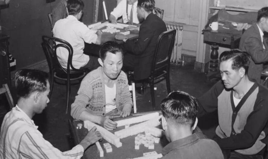 图为一帮中国海员在打麻将。