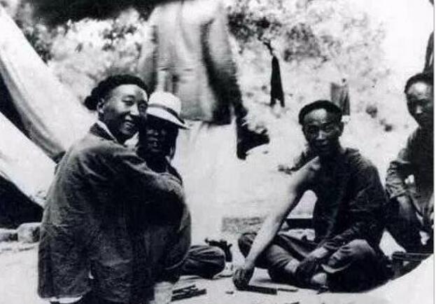 麻将起源于中国,是中国古人发明的博弈游戏和娱乐用具。打麻将在民国时期很是流行。图为民国时期的几名男子在简陋的露天场所打麻将。