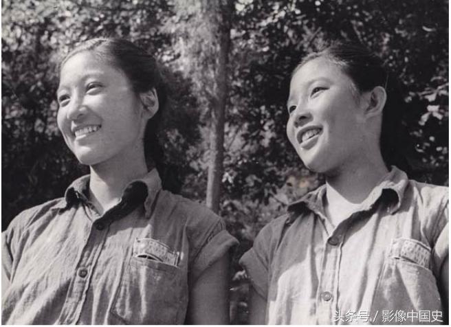 一个月的夏令营生活后,姑娘们虽然被太阳晒黑了皮肤,但眼睛却熠熠闪亮。
