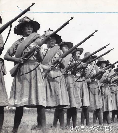 她们是作战技巧丰富、意志坚定的战斗者。目睹城市、村庄被日本侵略者摧毁,无辜民众被屠杀,这些姑娘志愿接受军事训练并加入军队。在中国的所有学校中,女生与男生一样被要求参加军事训练,以便了解战争的残酷。在前线,她们展现出值得赞扬的作战技巧。