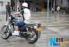 交警拦摩托让装GPS:不装不给驾驶证行驶证