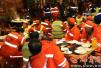 暖!一火锅店老板请150名环卫工免费吃火锅 被他们辛苦除雪感动