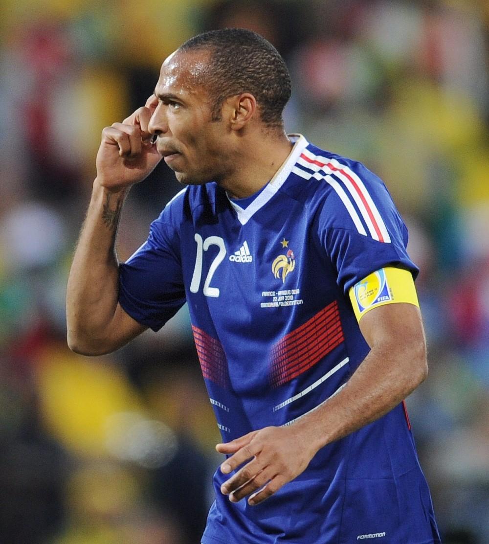 图为2010年6月22日,在布隆方丹举行的2010年南非世界杯A组小组赛第三轮比赛中,法国队球员亨利在下半场替补上场后担任队长。
