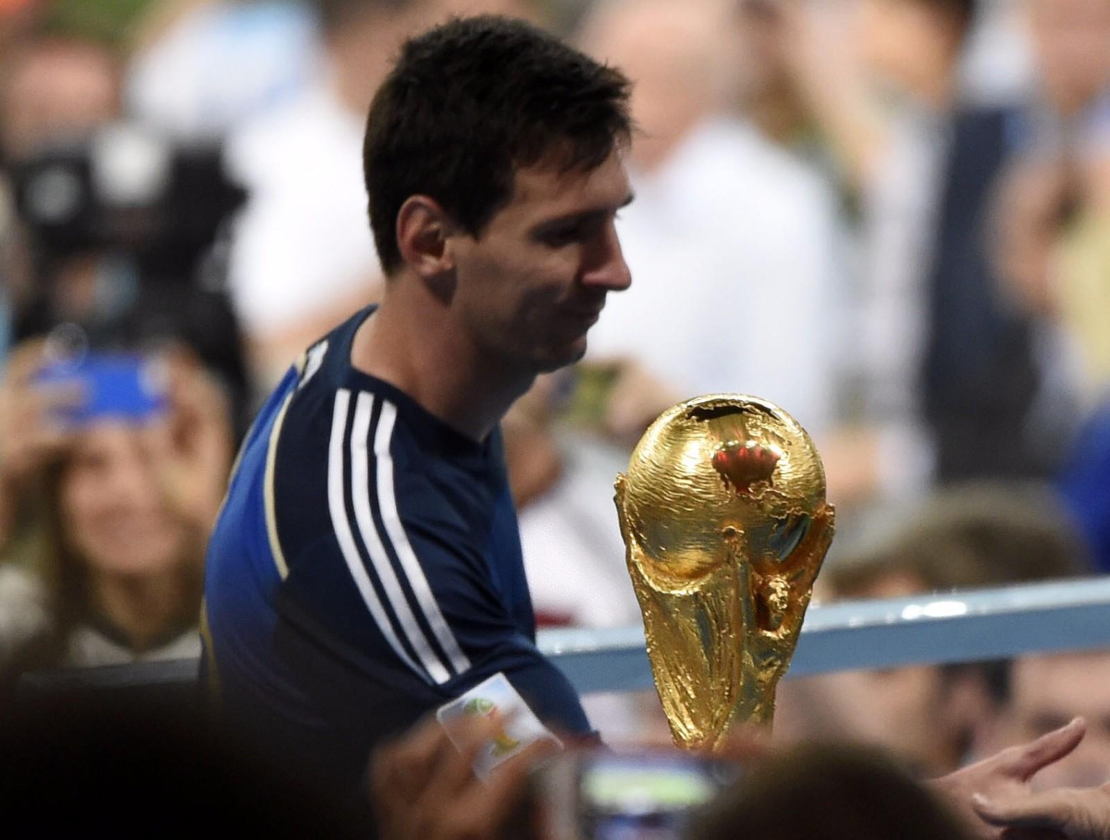 2014年巴西世界杯决赛,梅西率领的阿根廷队与德国队在90分钟内战成0比0平。最终通过加时赛,阿根廷队以0比1负于德国队,获得亚军。梅西与大力神杯擦肩而过(2014年7月13日摄)。