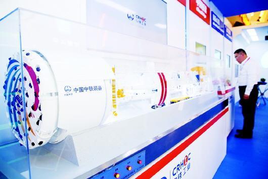 """在首届中国自主品牌博览会上,中国中铁股份有限公司展出的硬岩掘进机""""彩云号""""模型。□新华社发"""