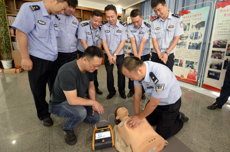 浙医二院向杭州基层派出所捐赠心脏除颤仪