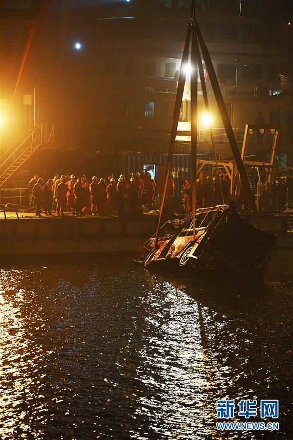(重庆公交车坠江事故·后续)(2)重庆万州坠江公交车打捞出水