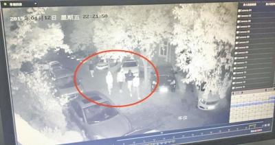 洛阳一男子把车停自家门口 深夜竟被5个陌生人掀翻