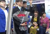 甜爆了!羞涩男孩郑州地铁上求婚:婚后工资卡一定上交