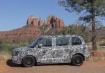 为测试伦敦这辆电动出租车 他们将其运到美国沙漠