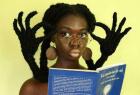把头发做出花的女子