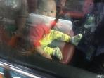 暴雨中19个月大孩子和钥匙被锁车内 警察救援