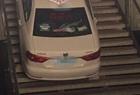 女司机把车开下楼梯