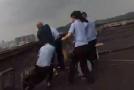 女子被怀疑出轨要跳楼 警察一把拽回