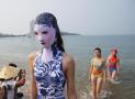 脸基尼海边亮相 带有刺绣泳帽和青花瓷图案