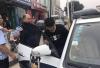 唐山:少年骑车玩手机摔倒 脸上血流不止