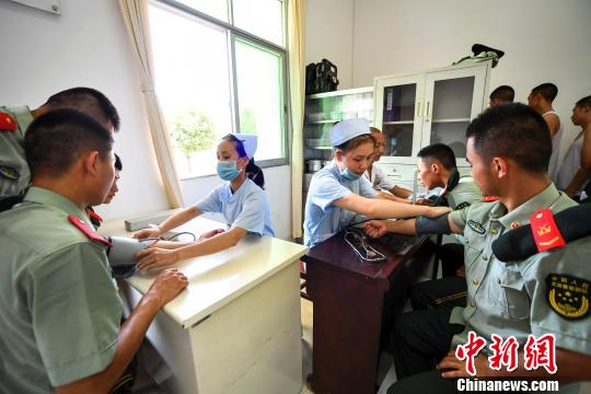 社区卫生服务中心的医务人员在给武警江西省新余支队第四中队的官兵进行免费体检。 周亮 摄