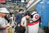 """""""宁波制造""""机器人现身地铁站 为乘客引路"""