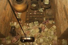 古墓博物館被當許願池 往裏扔錢扔車票