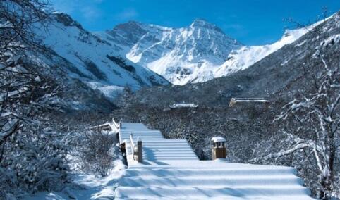 黄龙景区四月飞雪