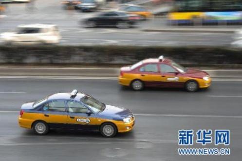 司机提成15%!出租车上的便利店 你愿意埋单吗?