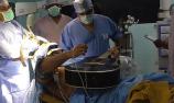 男子边弹吉他边手术