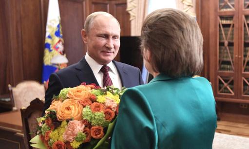 普京向世界首位女宇航员送花