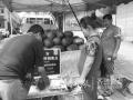 黄河北夫妻俩进城卖瓜:吃住在车上 就怕天不热