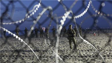 美墨边境 数百移民冲击边境 美关闭一口岸